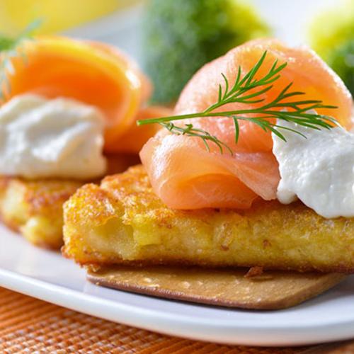 Gaufres de pommes de terre, saumon mariné et crème fouettée citronnée