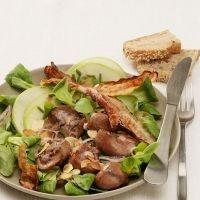 Salade de mâche au rognon de boeuf, lard grillé et lamelles de pomme